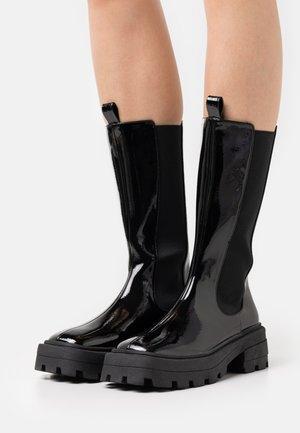 SLENDER CHELSEA BOOT - Kozaki na platformie - shiny black