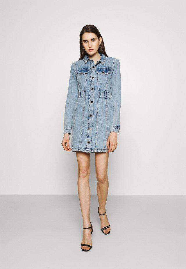 REMY DRESS - Denimové šaty - denim mid