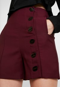 Lost Ink - BUTTON DETAIL - Shorts - burgundy - 4