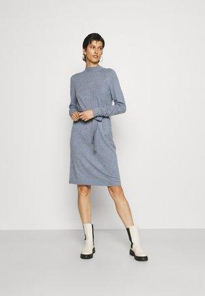 VIPILLA TIE BELT DRESS - Pletené šaty - colony blue
