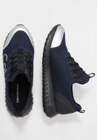 Calvin Klein Jeans - Sneakersy niskie - indigo/silver - 1