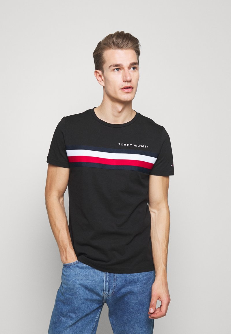 Tommy Hilfiger - GLOBAL STRIPE TEE - T-shirt z nadrukiem - black