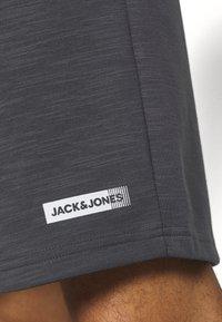 Jack & Jones Performance - JJIZSWEAT SHORT  - Pantalón corto de deporte - asphalt - 5