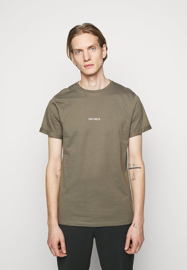 LENS - T-shirt con stampa - oliv