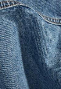 Bershka - OVERSIZE-JEANSJACKE 01110335 - Džínová bunda - blue denim - 5