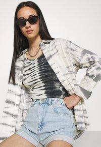 Cotton On - HIGH RISE CLASSIC STRETCH - Shorts di jeans - light blue denim - 3