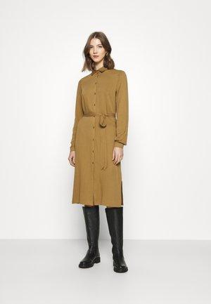 VIDANIA BELT DRESS - Skjortekjole - butternut