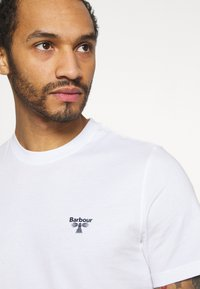 Barbour Beacon - SMALL LOGO TEE - T-shirt - bas - white - 3