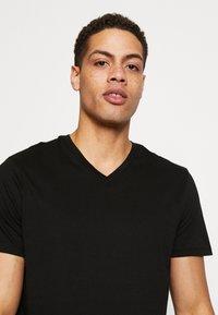 Burton Menswear London - 3 PACK - Basic T-shirt - black - 3