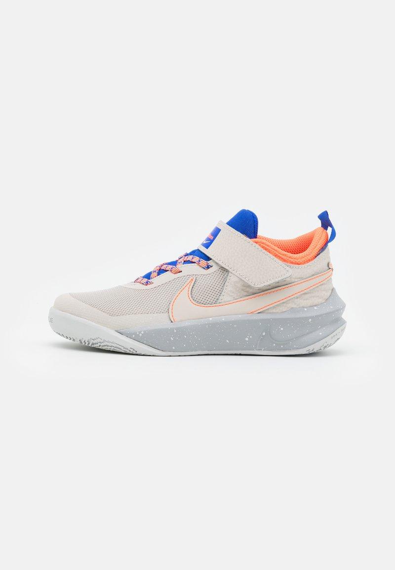 Nike Performance - TEAM HUSTLE D 10 SE UNISEX - Koripallokengät - desert sand/light smoke grey