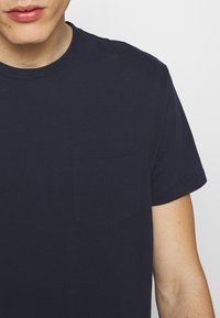 CLOSED - Basic T-shirt - dark night - 5