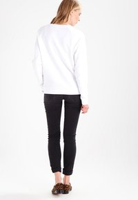 Levi's® - RELAXED GRAPHIC CREW - Bluza - better batwing white - 3