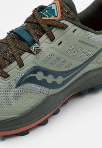 Saucony - PEREGRINE 10 - Trail running shoes - pine/orange - 5
