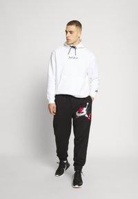 Jordan - M J JUMPMAN CLSCS LTWT PANT - Verryttelyhousut - black/gym red/white - 1