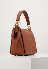 Coach - SOFT SHAY CROSSBODY - Kabelka - saddle - 2