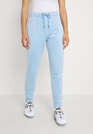 SIGNATURE VELVET PANTS - Tracksuit bottoms - light blue