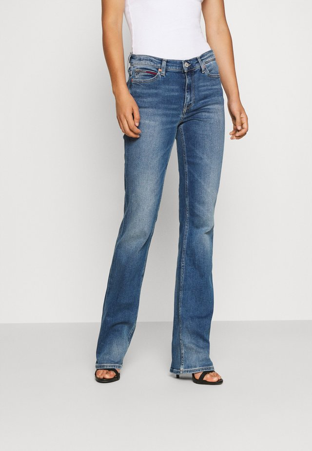 MADDIE BOOTCUT - Jean bootcut - evelin mid blue comfort