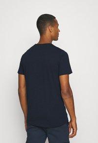 Redefined Rebel - AMARI TEE - Print T-shirt - navy - 2