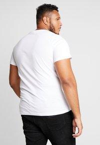Calvin Klein Jeans - 2 PACK SLIM FIT - Print T-shirt - bright white/mezarine blue - 2