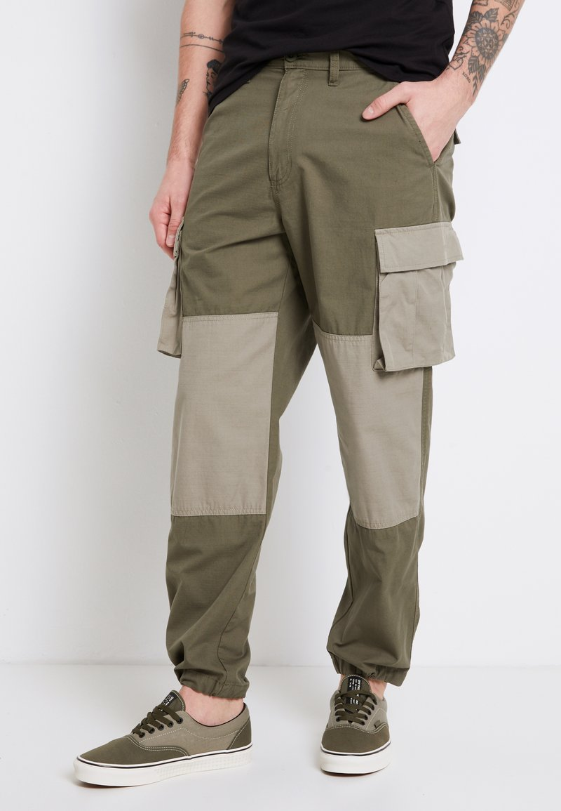 Vans - MN DUFFLE CARGO PANT - Bojówki - grape leaf-vetiver