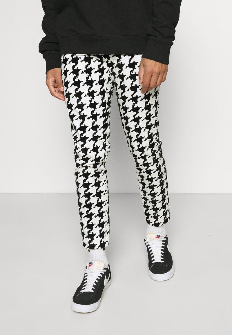Twisted Tailor - FUGAZI TROUSERS - Kalhoty - black/white