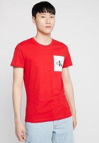 Calvin Klein Jeans - MONOGRAM POCKET SLIM TEE - Triko spotiskem - red - 0