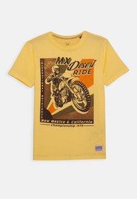 Jack & Jones Junior - JPRBRETT TEE CREW NECK - T-shirt med print - sun yellow - 0