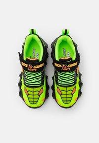 Skechers - SKECH-O-SAURUS LIGHTS - Tenisky - black/lime/orange - 3
