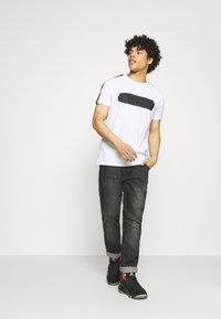 Glorious Gangsta - EMILIO TEE - T-shirt med print - optic white - 1