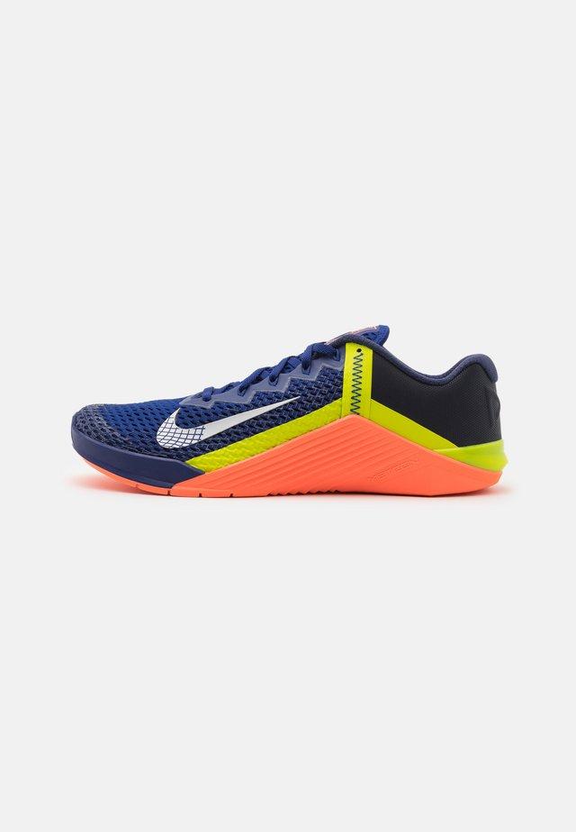 METCON 6 UNISEX - Sports shoes - deep royal blue/metallic platinum