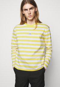 Holzweiler - HANGER STRIPED LONGSLEEVE UNISEX - Long sleeved top - yellow/white - 7