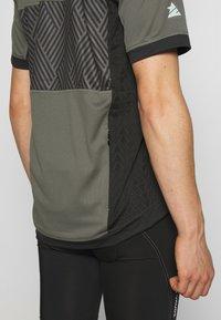 Zimtstern - TECHZONEZ MEN - Print T-shirt - gun metal/pirate black/granite green - 4