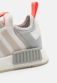 adidas Originals - NMD_R1 UNISEX - Trainers - footwear white/clear onix/clear brown - 7