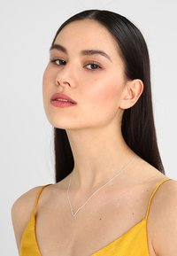 Orelia - CLEAN V NECKLACE - Necklace - silver-coloured