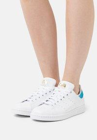 adidas Originals - STAN SMITH - Zapatillas - footwear white/blue/gold - 4