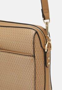 PARFOIS - CROSSBODY BAG BRAID - Across body bag - camel - 3