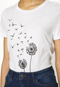 Vero Moda - VMALMA DANDELOIN FRANCIS - T-shirts med print - snow white - 4