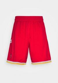 Mitchell & Ness - NBA SWINGMAN SHORT ROCKETS - Sports shorts - red - 3
