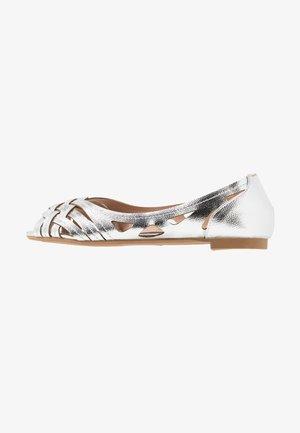 WIDE FIT PEARLENE  - Ballerina med åpen front - silver
