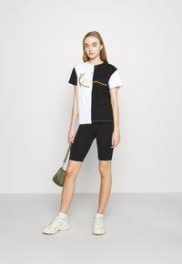 Karl Kani - SIGNATURE BLOCK TEE - Print T-shirt - black - 1