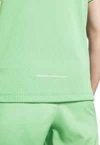 Nike Performance - DRY MILER - Camiseta estampada - silver pine - 5