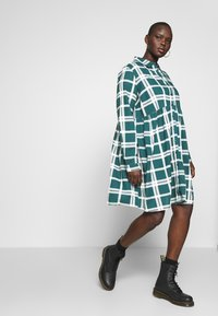 CAPSULE by Simply Be - BUTTON THRU SMOCK DRESS - Shirt dress - dark green/white - 1