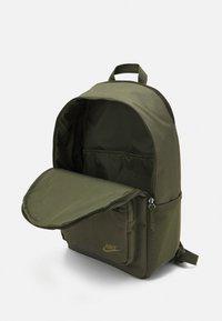 Nike Sportswear - HERITAGE UNISEX - Batoh - khaki - 2