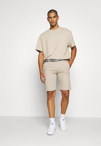 Tommy Jeans - BELTED CHINO SHORT - Szorty - stone - 1