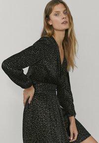 Massimo Dutti - MIT SCHULTERPOLSTERN - Day dress - black - 0