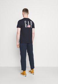 GAP - LOGO FLAG - Print T-shirt - new classic navy - 2