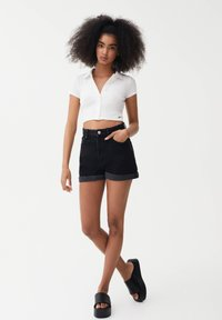 PULL&BEAR - MIT UMGESCHLAGENEM SAUM - Szorty jeansowe - dark grey - 1