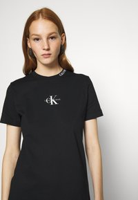 Calvin Klein Jeans - CENTER MONOGRAM DRESS - Sukienka z dżerseju - black - 4