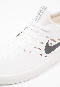 Nike SB - NYJAH FREE - Skateschoenen - summit white/anthracite/lemon wash - 6