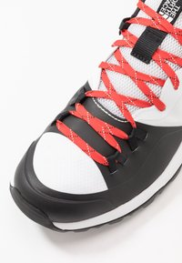 The North Face - MEN'S ACTIVIST LITE - Zapatillas de senderismo - white/black - 5